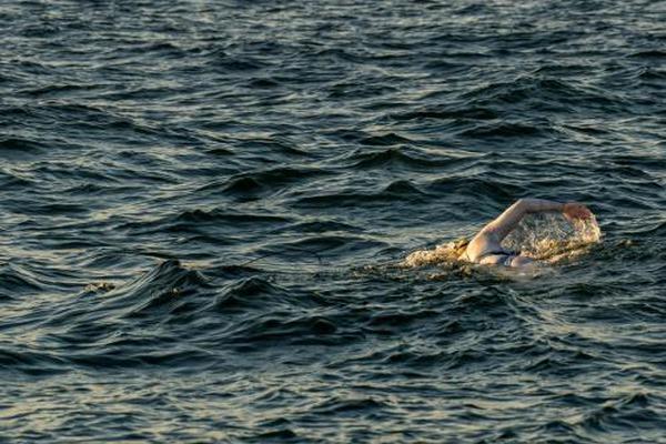 女泳将抗癌成功 第4次横渡英吉利海峡