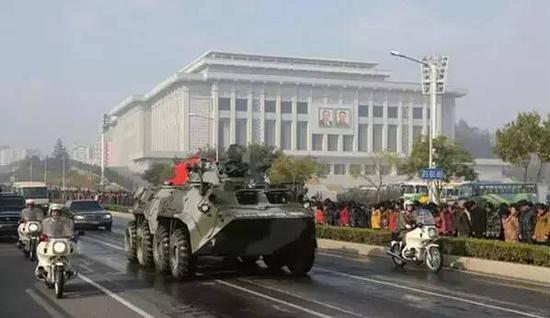载有朝鲜人民军元帅李乙雪棺椁的装甲车通过主干道