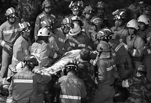现场搜救出一名被埋压人员 新华社发