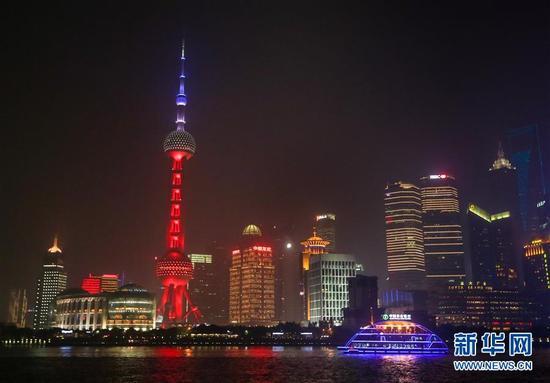 上海东方明珠广播电视塔14日晚亮起与法国国旗同色的红白蓝三色灯