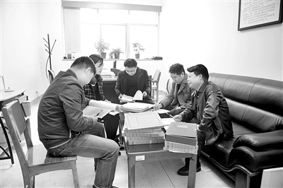 长沙市纪委纪检监察室工作人员在讨论案情