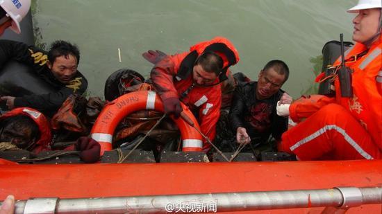 救援船营救沉没货轮船员