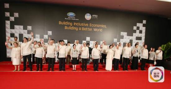 11月18日,国度主席习近平在菲律宾马尼拉列席亚太经合安排第二十三次指导人非正式集会欢送晚宴。这是晚宴前,习近平同各成员经济体指导人、代表及配巧合影。(新华社记者姚大伟摄)