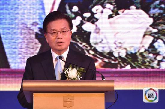 """中国驻泰大使宁赋魁在论坛发表讲话,驳斥""""中国要求开放权""""的说法。(新华社记者李芒茫摄)"""