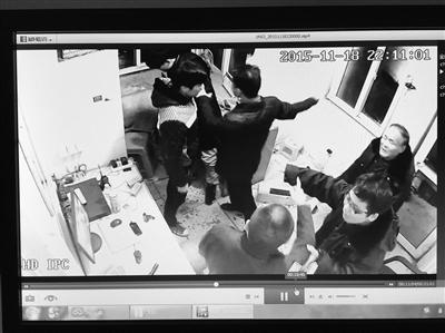 醉酒男子打保安(视频截图)