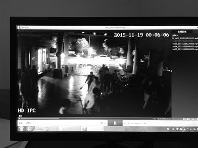 一群人持械冲进小区(视频截图)