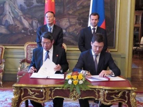 刘铁男在王岐山见证下与俄方签署相关合作文件