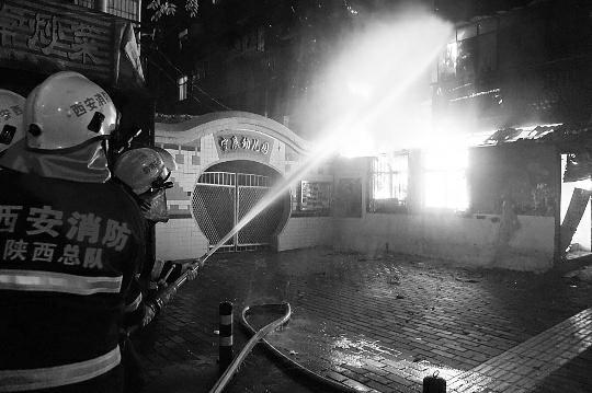 救火员在补救火警。