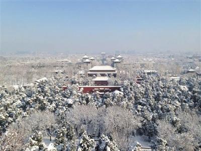 景山公园登万春亭俯瞰雪后紫禁城万春亭位于景山中峰,更是北京中轴线的自然制高点。在这里可以感受中轴魅力,俯瞰雪后紫禁城全貌,美景与壮观尽收眼底。律琳琳 摄