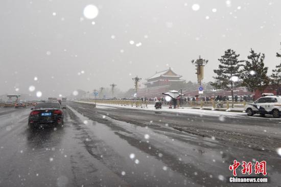 资料图 11月22日,是农历的小雪节气。北京在周日迎来了第二场降雪。从昨天(21日)夜间起,北京迎来较强降雪天气。截至21日20时,平均降水量达2.4毫米。预计今天降雪将持续,大部地区将达大雪量级。下周降雪结束,冷空气来袭,北京将遭遇强降温,最低气温将跌至-12℃,跌落历史极值。 中新网记者 金硕 摄