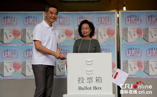 11月22日, 香港行政长官梁振英和夫人在中西区高主教书院,为2015年区议会一般选举投票。