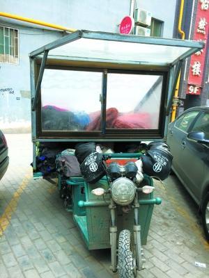 改装后的电动三轮车加之雨棚,显得愈加舒服平安。