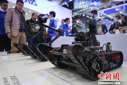2015世界机器人大会23日在北京举行,各种创新机器人精彩亮相,其中中国自主研发的用于公共安全、防恐反恐的特种机器人,备受关注。图为哈工大机器人集团展出的特种机器人。 熊然 摄
