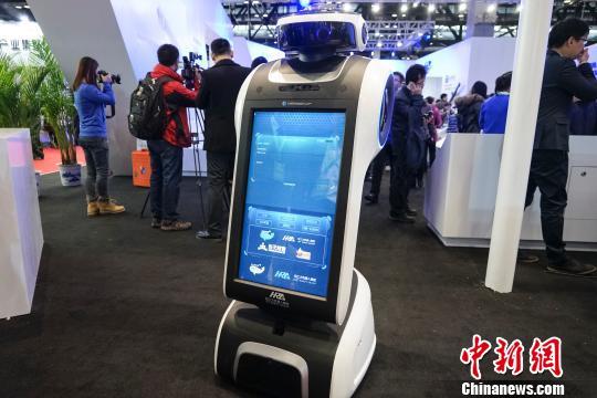 2015世界机器人大会23日在北京举行,各种创新机器人精彩亮相,其中中国自主研发的用于公共安全、防恐反恐的特种机器人,备受关注。图为迎宾机器人。 熊然 摄