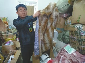 捐赠来的还有一件女士毛皮大衣,可惜孩子们穿不了。