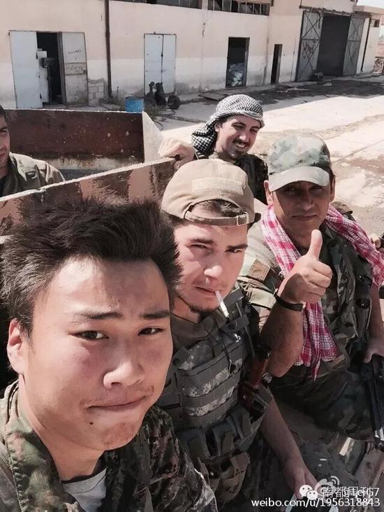 """黄磊六月份的微博自拍:""""和我的国际团一同返回最火线冲击 IS 。"""""""
