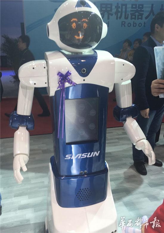 """机器人小胖则是另一个版本的""""大白"""",集成了教育、娱乐和家庭服"""