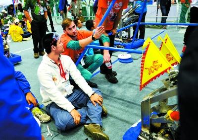 常玉熠在修理机器人时,一名澳大利亚团队的选手主动过来提供帮助,两个人用英语沟通机器人遇到的问题。整个比赛期间,各支队伍友好相处,认识了很多的朋友。