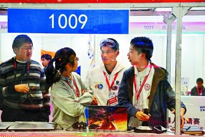 比赛开始之前,常玉熠(右二)、潘逸凡(右一)和周慧轩(右三)在讨论比赛战术,虽然来自不同的团队,但三个人很快就熟识起来。
