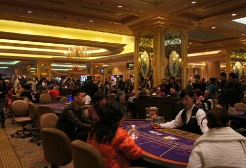 41岁女出纳挪用公款500余万供男友在澳门赌博