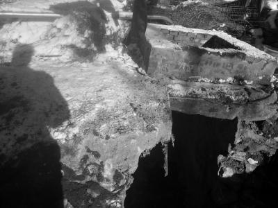 乡民王春家的水窖撤除后仅发觉了两根细钢筋。京华时报记者 韩林君 摄