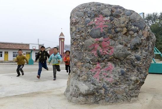 (在宁夏泾源县兴盛乡新旗村,几名小朋友在村文化广场上玩耍。新华社记者彭昭之2015年10月23日摄)