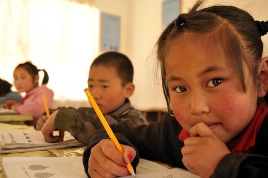 (2015年5月12日,甘肃环县樊家川乡关沟小学二年级学生在教室里做作业。新华社记者郭刚摄)