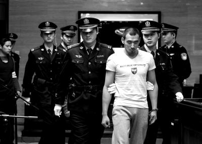 前天,时某等3人被带上法庭。京华时报记者蒲东峰摄