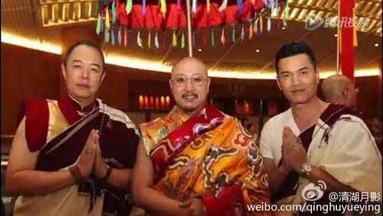 """张铁林(左一)与""""白马奥色法王""""(中)"""