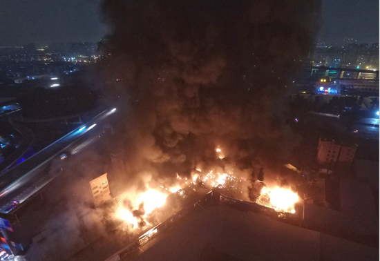 广东佛山仓库发生大火 暂无发现人员被困(图)