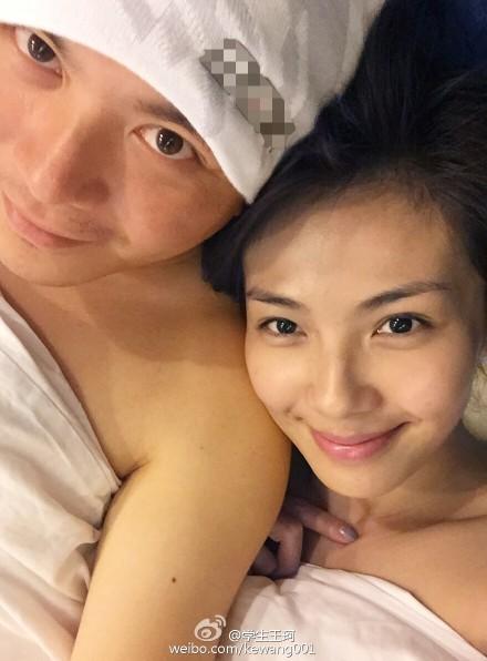 刘涛和老公裸身裹着被子躺在床上自拍