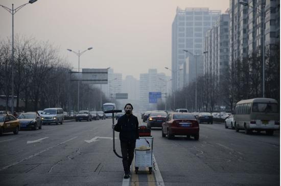 图为北京吸霾第98天,坚果兄弟在望京SOHO修建群周边功课