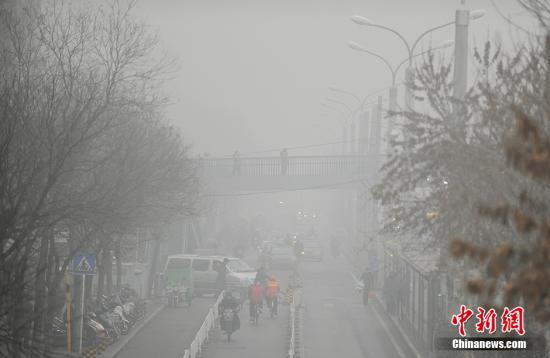 11月30日,记者从北京市环保局获悉,当前北京正遭遇今年以来最严重的污染过程。从27日开始,北京的重污染天气已经持续4天,PM2.5浓度在12小时内一度激增近10倍,部分监测站点出现超过900微克/立方米的极端峰值污染浓度。 中新网记者 李卿 摄