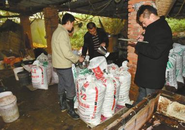11月27日,双流县法律人员在公兴镇兰家沟村查获一家运用焦亚硫酸钠浸泡荡涤芋头的作坊。