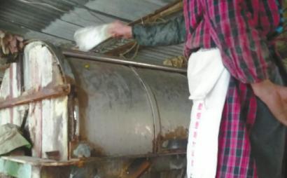 商贩将焦亚硫酸钠放入浸泡芋头的脱皮机内。