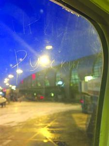 飞机舷窗还被刻上外国文字 /网友供图