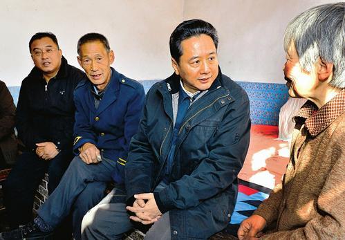 12月1日,省长李小鹏在左权县柏峪村调研扶贫开发工作。图为李小鹏看望贫困户王云喜。 本报记者刘通摄