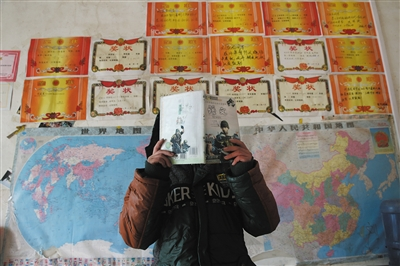 让刘恒国和老婆最快乐的事,是瞥见儿子满墙的奖状,儿子读小学六年级了,刘恒国指望老婆在有生之年都高兴,他的老婆10年前被查出沾染艾滋病毒。A10-A11版拍照/新京报记者 尹亚飞