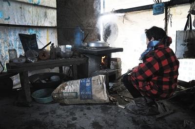 艾滋病患者林秀梅(假名)家照旧贫苦,她天天保持本人煮饭。