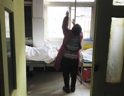 上蔡县公民病院沾染科,一名白叟正在为老伴儿换药。