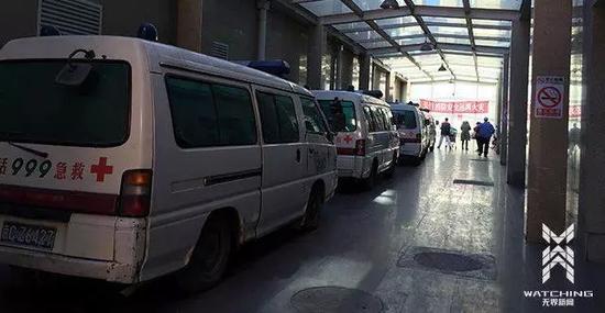 """▲停在""""999急救中心""""通道内的救护车。刘海川 摄"""