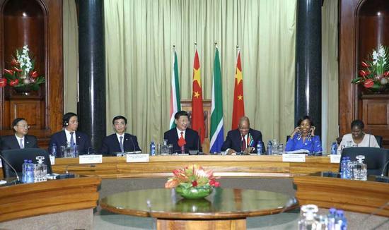 图为:2015年 12月2日,国度主席习近平在比勒陀利亚同南非总统祖马举办会谈。