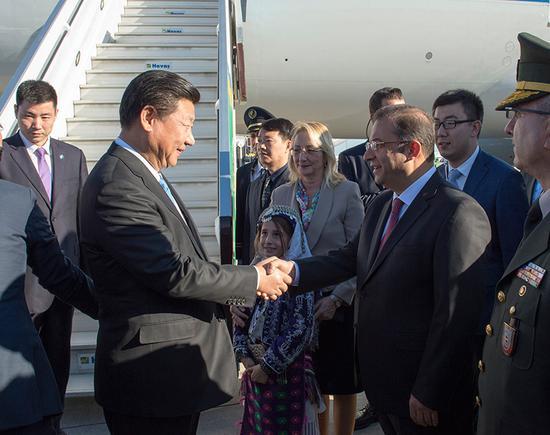 图为:2015年11月14日,国度主席习近平到达土耳其安塔利亚,应土耳其共和国总统埃尔多安约请,列席二十国团体指导人第十次峰会。土耳其高档官员到机场欢迎习近平主席一行。