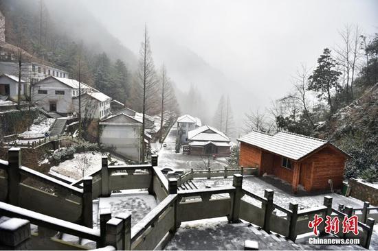 12月5日,杭州下起2015年入冬第一场雪。视觉中国供图