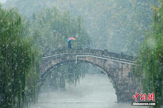 12月5日,浙江杭州,杭州降下2015年入冬第一场雪。里尔 摄