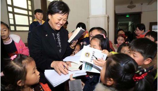 孩儿们围住刘东副市长