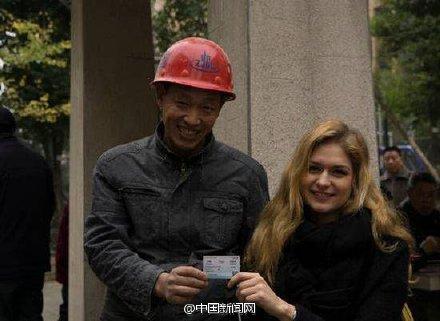 乌克兰美男帮农夫工买票