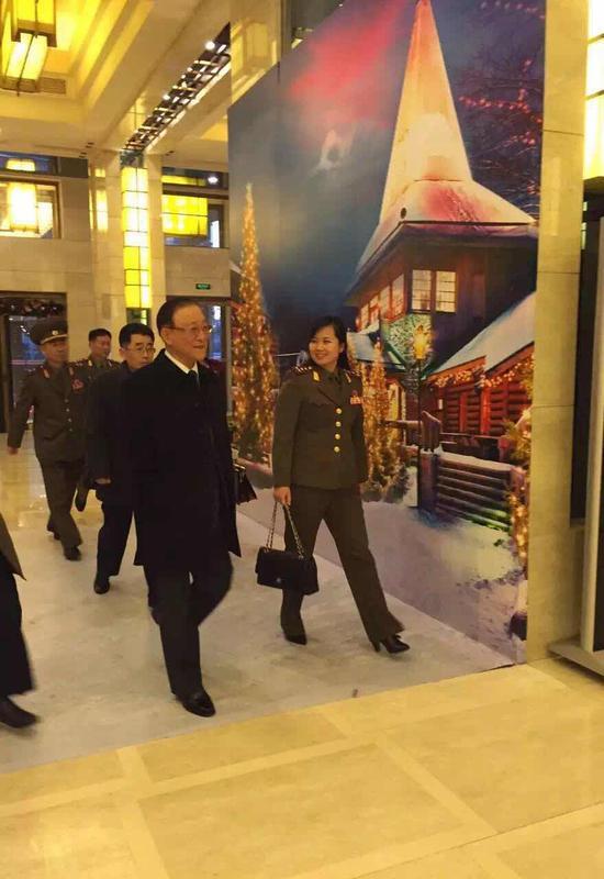 牡丹峰乐团团长玄松月出现(右一,手提包包者)在酒店内。此前,对于她曾有诸多传闻。