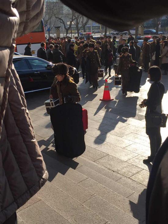 牡丹峰乐团成员手提行李进入酒店