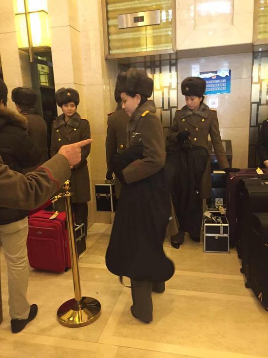 乐团成员在酒店内等待电梯